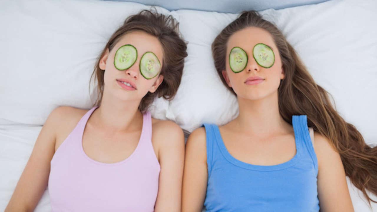 cucumbers-on-eyes-debloat-45782-1280x0